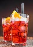 Γυαλιά κοκτέιλ aperol απεριτίφ Spritz με τις πορτοκαλιούς φέτες και τους κύβους πάγου Στοκ εικόνα με δικαίωμα ελεύθερης χρήσης