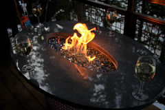 Γυαλιά κρασιού γύρω από την πυρκαγιά Στοκ φωτογραφίες με δικαίωμα ελεύθερης χρήσης