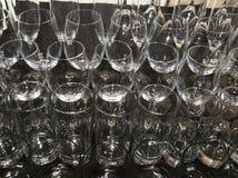 Γυαλιά κρασιού και κοκτέιλ στο μαύρο τραπεζομάντιλο Στοκ Εικόνες