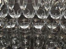 Γυαλιά κρασιού και κοκτέιλ στο μαύρο τραπεζομάντιλο Στοκ Φωτογραφίες