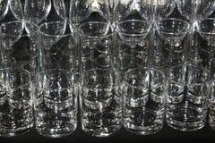 Γυαλιά κρασιού και κοκτέιλ στο μαύρο τραπεζομάντιλο Στοκ Εικόνα