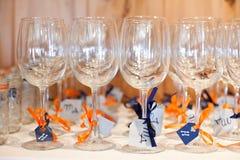 Γυαλιά κρασιού με τις κορδέλλες Στοκ φωτογραφία με δικαίωμα ελεύθερης χρήσης