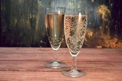 Γυαλιά κρασιού με το άσπρο λαμπιρίζοντας κρασί Στοκ Εικόνες