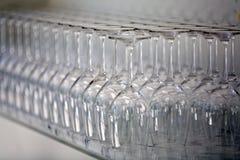 Γυαλιά κρασιού σε έναν πάγκο Στοκ εικόνα με δικαίωμα ελεύθερης χρήσης