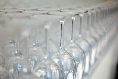 Γυαλιά κρασιού σε έναν πάγκο Στοκ φωτογραφία με δικαίωμα ελεύθερης χρήσης