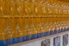 Γυαλιά κρασιού στη σειρά στο φραγμό, εστιατόριο, δοκιμή κρασιού στην οινοποιία Στοκ φωτογραφία με δικαίωμα ελεύθερης χρήσης