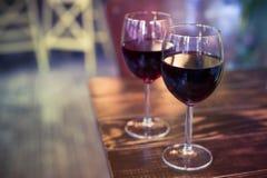 Γυαλιά κρασιού στο υπόβαθρο του φραγμού Στοκ φωτογραφία με δικαίωμα ελεύθερης χρήσης