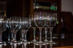 Γυαλιά κρασιού στο φραγμό Στοκ Εικόνες