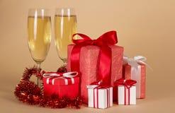 Γυαλιά κρασιού, δώρα Χριστουγέννων, tinsel Στοκ φωτογραφία με δικαίωμα ελεύθερης χρήσης
