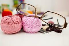 Γυαλιά με τα νηματοδέματα του νήματος Στοκ Φωτογραφία