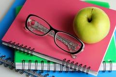 Γυαλιά με τα σημειωματάρια Στοκ Φωτογραφίες