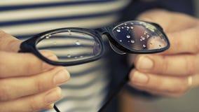 Γυαλιά με τις πτώσεις βροχής Στοκ εικόνες με δικαίωμα ελεύθερης χρήσης