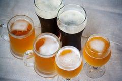 Γυαλιά μπύρας στον πίνακα Εκλεκτική εστίαση Στοκ Εικόνες