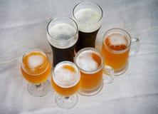 Γυαλιά μπύρας στον πίνακα Στοκ Φωτογραφία