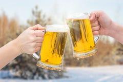 Γυαλιά μπύρας Clinking στο χειμώνα Στοκ εικόνα με δικαίωμα ελεύθερης χρήσης