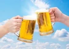 Γυαλιά μπύρας Clinking Στοκ Φωτογραφίες