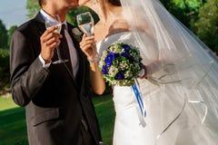 Γαμήλια γυαλιά με τη σαμπάνια στοκ φωτογραφία