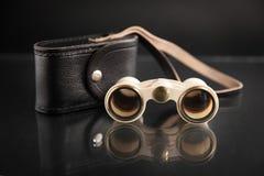 Γυαλιά οπερών ελεφαντόδοντου με την κάλυψη στο σκοτεινό υπόβαθρο Στοκ Εικόνα