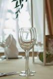Γυαλιά που τίθενται κενά με τις πετσέτες στο εστιατόριο Στοκ Φωτογραφίες