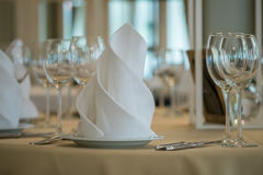 Γυαλιά που τίθενται κενά με τις πετσέτες στο εστιατόριο Στοκ Εικόνα