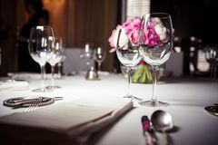 Γυαλιά που τίθενται κενά στο εστιατόριο Στοκ φωτογραφία με δικαίωμα ελεύθερης χρήσης