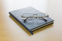 Γυαλιά που τίθενται σε ένα βιβλίο Στοκ εικόνες με δικαίωμα ελεύθερης χρήσης