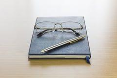 Γυαλιά που τίθενται σε ένα βιβλίο Στοκ Εικόνα
