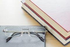 Γυαλιά που τίθενται στο σημειωματάριο Στοκ εικόνα με δικαίωμα ελεύθερης χρήσης