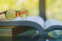 Γυαλιά που τοποθετούνται στο ανοιγμένο βιβλίο Στοκ Εικόνα
