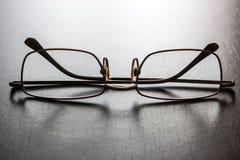 Γυαλιά σε έναν ξύλινο πίνακα Στοκ εικόνες με δικαίωμα ελεύθερης χρήσης
