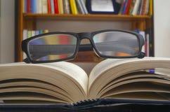 Γυαλιά σε ένα ανοικτό βιβλίο Στοκ Φωτογραφίες