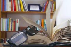Γυαλιά σε ένα ανοικτό βιβλίο Στοκ Εικόνες