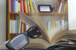 Γυαλιά σε ένα ανοικτό βιβλίο Στοκ Φωτογραφία