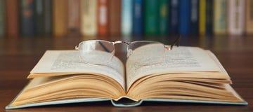 Γυαλιά σε ένα βιβλίο Στοκ φωτογραφίες με δικαίωμα ελεύθερης χρήσης