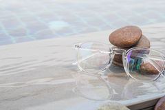 Γυαλιά στη λίμνη με το χαλίκι Στοκ εικόνα με δικαίωμα ελεύθερης χρήσης