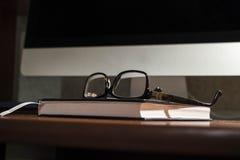 Γυαλιά στον πίνακα Στοκ Εικόνες