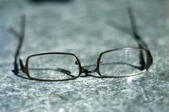 Γυαλιά στον πίνακα στοκ φωτογραφίες
