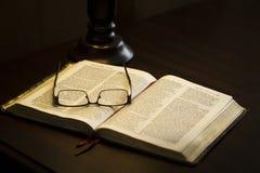 γυαλιά στο βιβλίο Στοκ Φωτογραφία