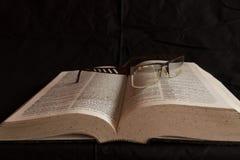 Γυαλιά στο λεξικό Στοκ εικόνα με δικαίωμα ελεύθερης χρήσης