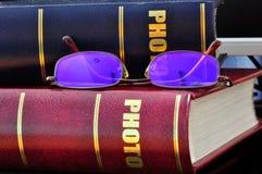 Γυαλιά στο λεύκωμα Στοκ φωτογραφία με δικαίωμα ελεύθερης χρήσης