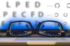 Γυαλιά στο πληκτρολόγιο lap-top Στοκ Εικόνες