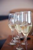Γυαλιά του άσπρου μέρους σαμπάνιας λαμπιρίζοντας κρασιού της κινηματογράφησης σε πρώτο πλάνο Στοκ Φωτογραφία