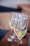 Γυαλιά του άσπρου μέρους σαμπάνιας λαμπιρίζοντας κρασιού της κινηματογράφησης σε πρώτο πλάνο Στοκ εικόνες με δικαίωμα ελεύθερης χρήσης