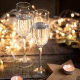 γυαλιά δύο κρασί Νέες διακοσμήσεις έτους Στοκ εικόνα με δικαίωμα ελεύθερης χρήσης