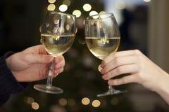 Γυαλιά Clinking κρασιού Στοκ Εικόνα