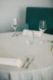 Γυαλιά Mpty που τίθενται στο εστιατόριο, πίνακας ρύθμισης στο εστιατόριο, μαλακή ονειροπόλος επίδραση, χαμηλή σαφήνεια, Στοκ εικόνες με δικαίωμα ελεύθερης χρήσης