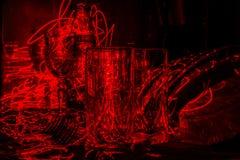 Γυαλικά στην κουζίνα λαμβάνοντας υπόψη ένα κόκκινο λέιζερ, αφηρημένη τέχνη Στοκ Εικόνα