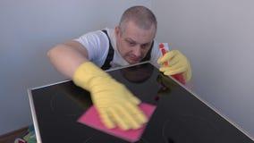 Γυαλισμένη καθαριστής επιφάνεια της ηλεκτρικής κουζίνας απόθεμα βίντεο