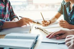 Γυμνάσιο ή φοιτητές πανεπιστημίου που μελετά και που διαβάζει μαζί μέσα στοκ εικόνες