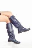 Γυμνά θηλυκά πόδια στις μπότες Στοκ Φωτογραφία